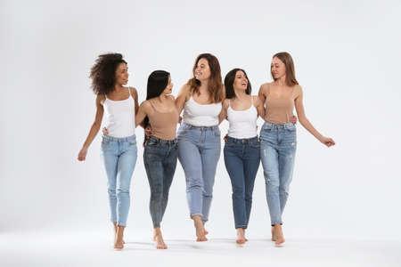 Gruppe von Frauen mit verschiedenen Körpertypen auf hellem Hintergrund