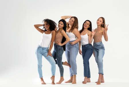 Grupo de mujeres con diferentes tipos de cuerpo sobre fondo claro