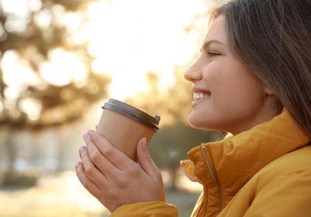 Mujer joven, con, taza de café, en, mañana, aire libre