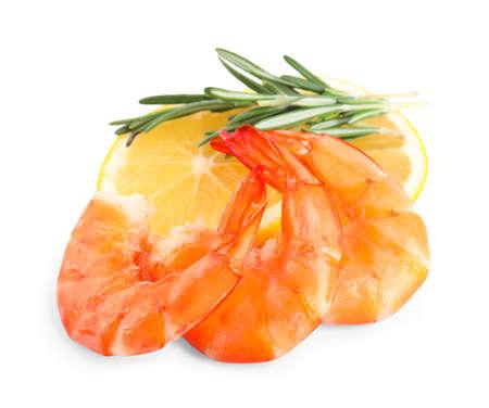 Deliciosos camarones cocidos, limón y romero aislado en blanco Foto de archivo