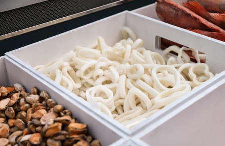 Behälter mit verschiedenen Meeresfrüchten auf dem Display, Nahaufnahme. Großhandelsmarkt Standard-Bild