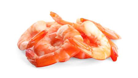 Délicieuses crevettes décortiquées cuites isolées sur blanc