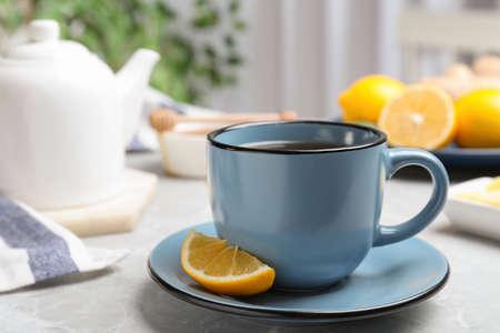 Delicious tea with lemon on marble table Stockfoto