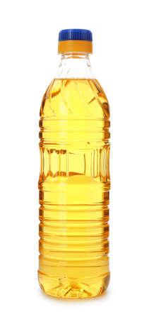 Olej do smażenia w plastikowej butelce na białym tle