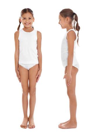 Collage de mignonne petite fille en sous-vêtements sur fond blanc