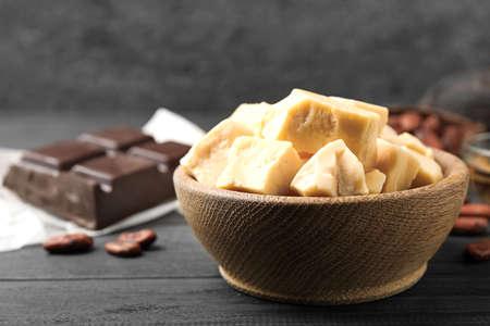 Burro di cacao organico sulla tavola di legno nera, primo piano