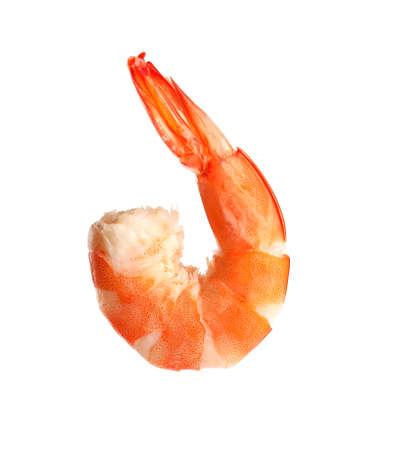 Délicieuses crevettes cuites isolées sur blanc. Fruits de mer sains