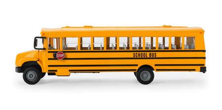 Żółty autobus szkolny na białym tle. Transport dla studentów