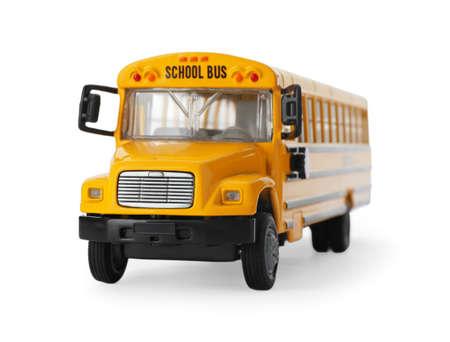 Autobús escolar amarillo aislado en blanco. Transporte para estudiantes