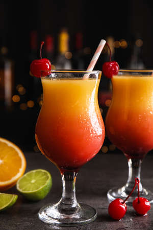 Fresh alcoholic Tequila Sunrise cocktails on grey table Banque d'images