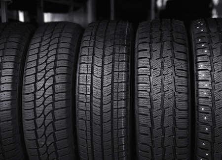 Neumáticos de coche negro en la tienda de servicio, primer plano
