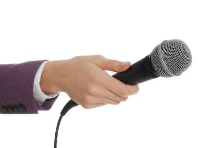 Periodista profesional con micrófono sobre fondo blanco, primer plano Foto de archivo
