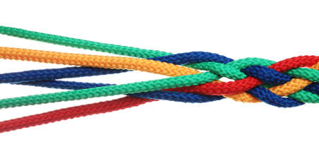 Cordes colorées tressées isolées sur blanc. Notion d'unité