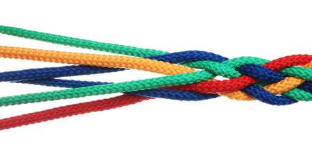 Cuerdas trenzadas de colores aislados en blanco. Concepto de unidad
