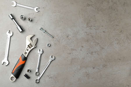 Auto mechanic's tools on grey background, flat lay. Space for text Standard-Bild