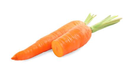 Ganze und geschnittene reife Karotten isoliert auf weiß Standard-Bild