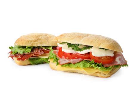 Délicieux sandwichs aux légumes frais isolés sur blanc Banque d'images