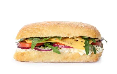 Heerlijke sandwich met verse groenten en kaas op wit wordt geïsoleerd