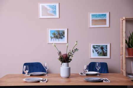 Modern eetkamerinterieur met stijlvol meubilair