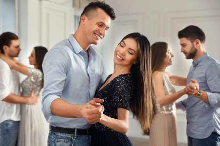 Adorabile giovane coppia che balla insieme alla festa Archivio Fotografico