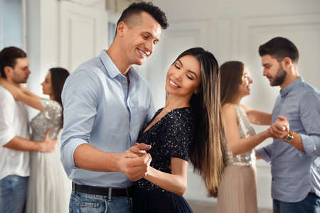 Encantadora pareja joven bailando juntos en la fiesta Foto de archivo