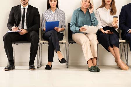 Mensen wachten op sollicitatiegesprek op kantoor