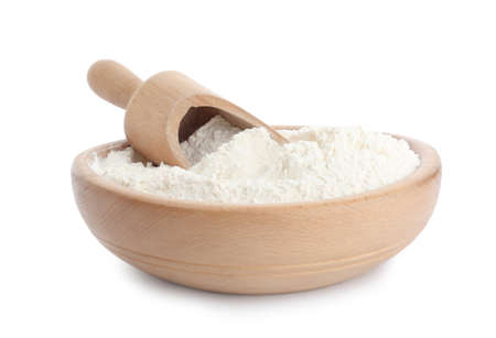 Organic flour and scoop in wooden bowl isolated on white Stockfoto