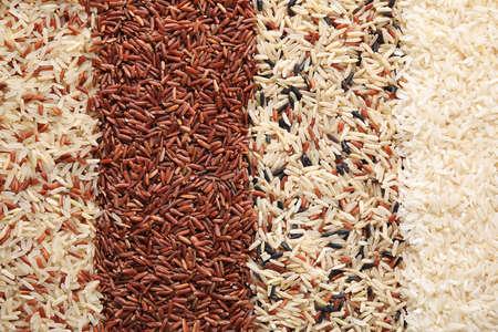 Différents types de riz en arrière-plan, vue de dessus