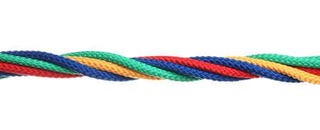 Cordes colorées torsadées isolées sur blanc. Notion d'unité