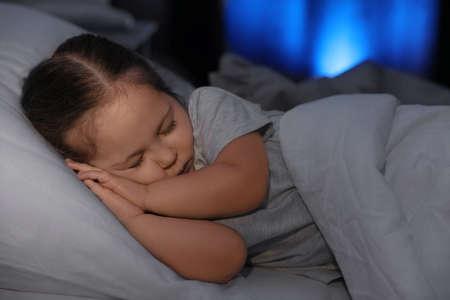Niña linda durmiendo en casa. Horario de acostarse Foto de archivo