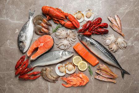 Frischer Fisch und Meeresfrüchte auf Marmortisch, flach