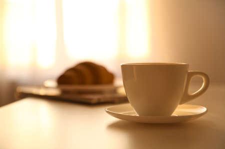 Kopje warme drank op tafel, ruimte voor tekst. Luie ochtend Stockfoto