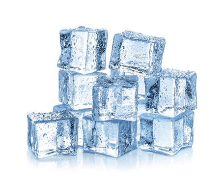 Cubetti di ghiaccio cristallini con gocce d'acqua isolate su bianco