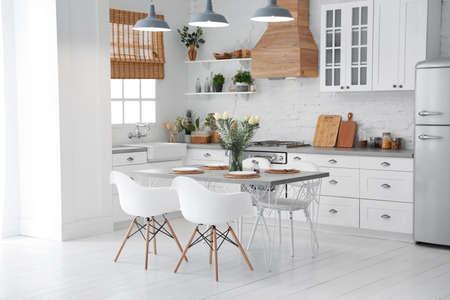 Bel intérieur de cuisine avec de nouveaux meubles élégants
