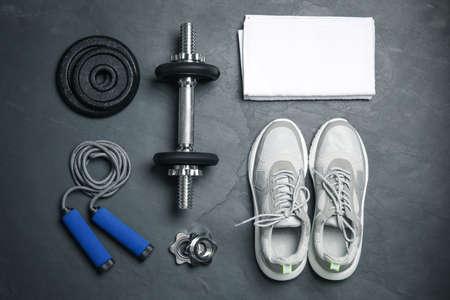 Gym equipment on black background, flat lay Stockfoto