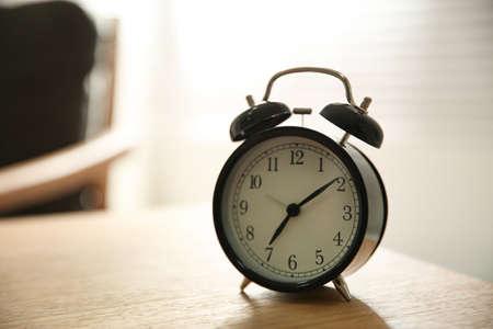 Despertador de mesa de madera en casa. Tiempo de la mañana