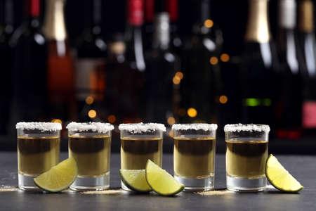Mexikanische Tequila-Shots, Limettenscheiben und Salz auf der Bartheke