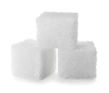 Cubetti di zucchero raffinato puro isolati su bianco