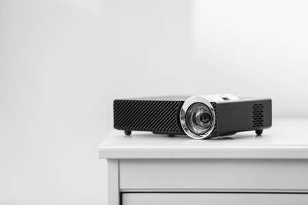 Moderner Videoprojektor auf weißem Tisch drinnen