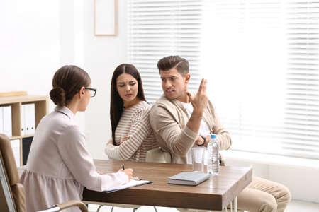 Psicólogo profesional que trabaja con la pareja en la oficina