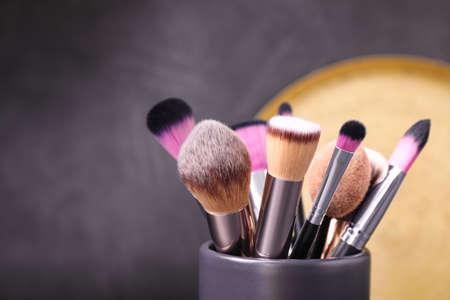 Zestaw profesjonalnych pędzli do makijażu w uchwycie, zbliżenie