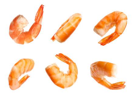 Set di deliziosi gamberi appena cucinati su sfondo bianco