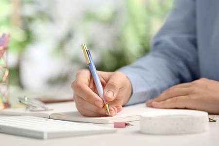 Journalist, der am Tisch im Büro arbeitet, Nahaufnahme