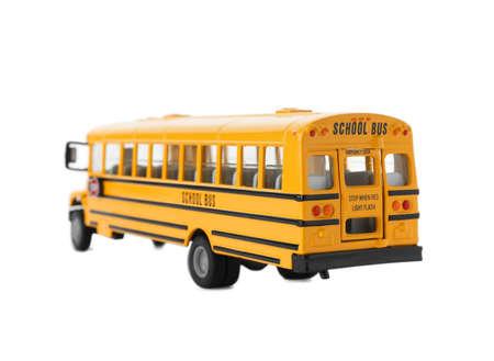 Scuolabus giallo isolato su bianco. Trasporto per studenti