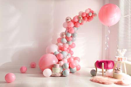 Chambre décorée de ballons colorés pour la fête