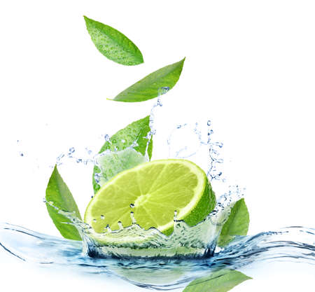 Lime maturo, menta fresca e spruzzi d'acqua su sfondo bianco
