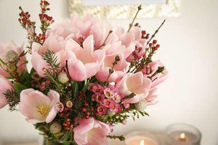 Schöner Blumenstrauß mit rosa Frühlingstulpen, Nahaufnahme