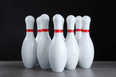 Satz Bowling-Pins auf grauem Steintisch Standard-Bild