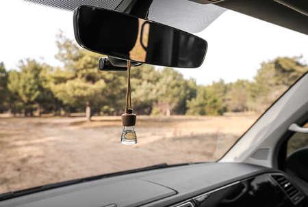 Parfum d'air accroché au rétroviseur en voiture