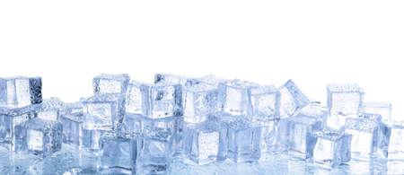 Kristalheldere ijsblokjes met waterdruppels geïsoleerd op wit